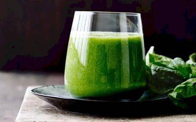 Spinat smoothie med gulerodsjuice og ingefær