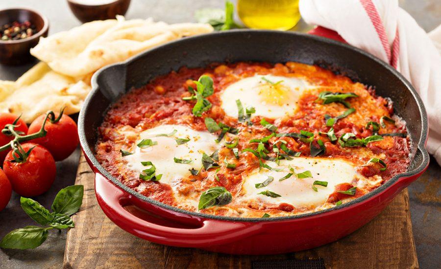 Shakshuka opskrift - Vegetarisk pocherede æg i tomat sauce